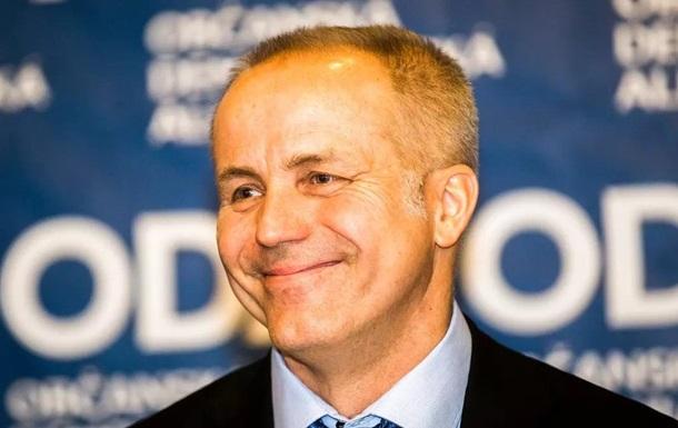 Притворился медиком: миллиардер из Чехии получил COVID-прививку