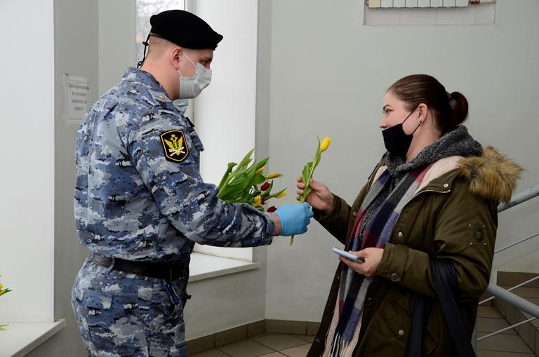 Омские приставы удивляли женщин, которые пришли к ним на личный прием #Омск #Общество #Сегодня