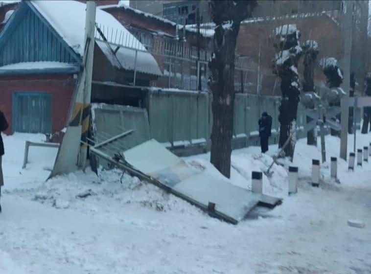 В Омске тепловоз протаранил забор шинного завода: погибла женщина #Омск #Общество #Сегодня