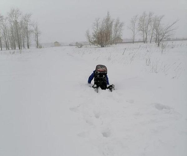 В пригороде Омска дети ходят в школу 3 км по метровым сугробам #Новости #Общество #Омск