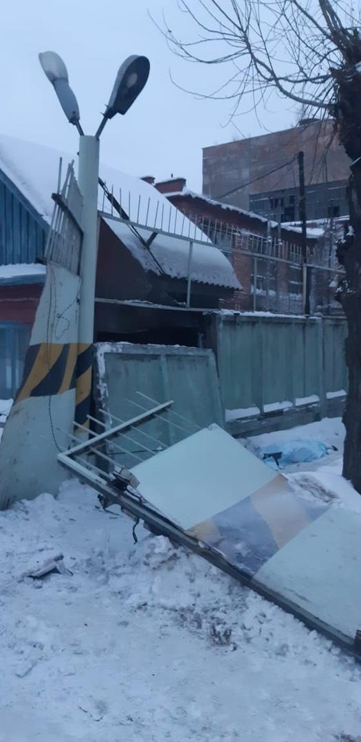После гибели женщины при падении забора «Омскшины» завели уголовное дело #Новости #Общество #Омск