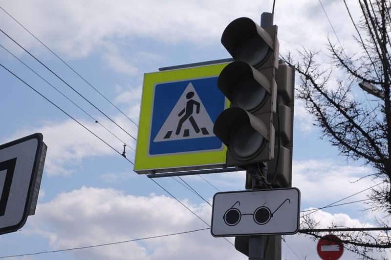 Омский школьник попал под колеса, перебегая дорогу на «красный» #Новости #Общество #Омск