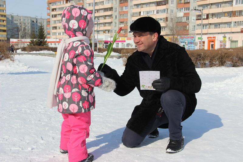Более 2000 тюльпанов подарил омичкам депутат Андрей Кипервар #Новости #Общество #Омск