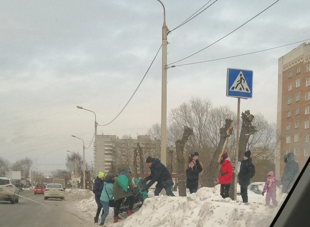 Омичам пришлось стать альпинистами, чтобы преодолеть заваленный снегом пешеходный переход #Новости #Общество #Омск