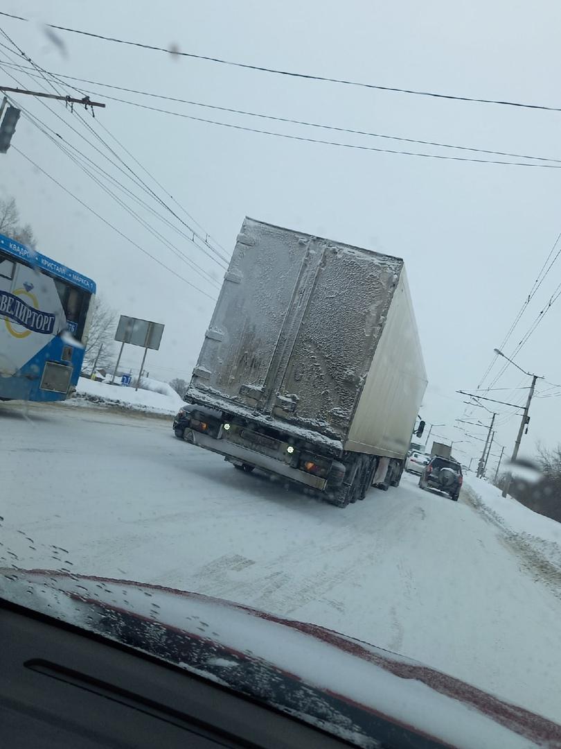 В Омске фуры не могут заехать на виадук в сторону Московки: движение парализовано #Новости #Общество #Омск