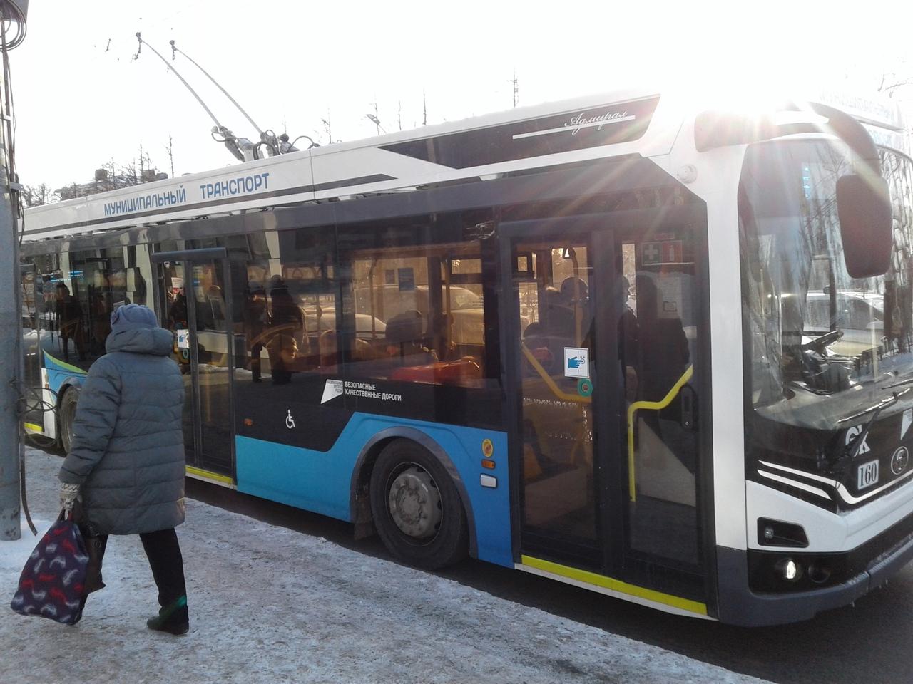 В омском троллейбусе нашли отравленного подростка #Новости #Общество #Омск