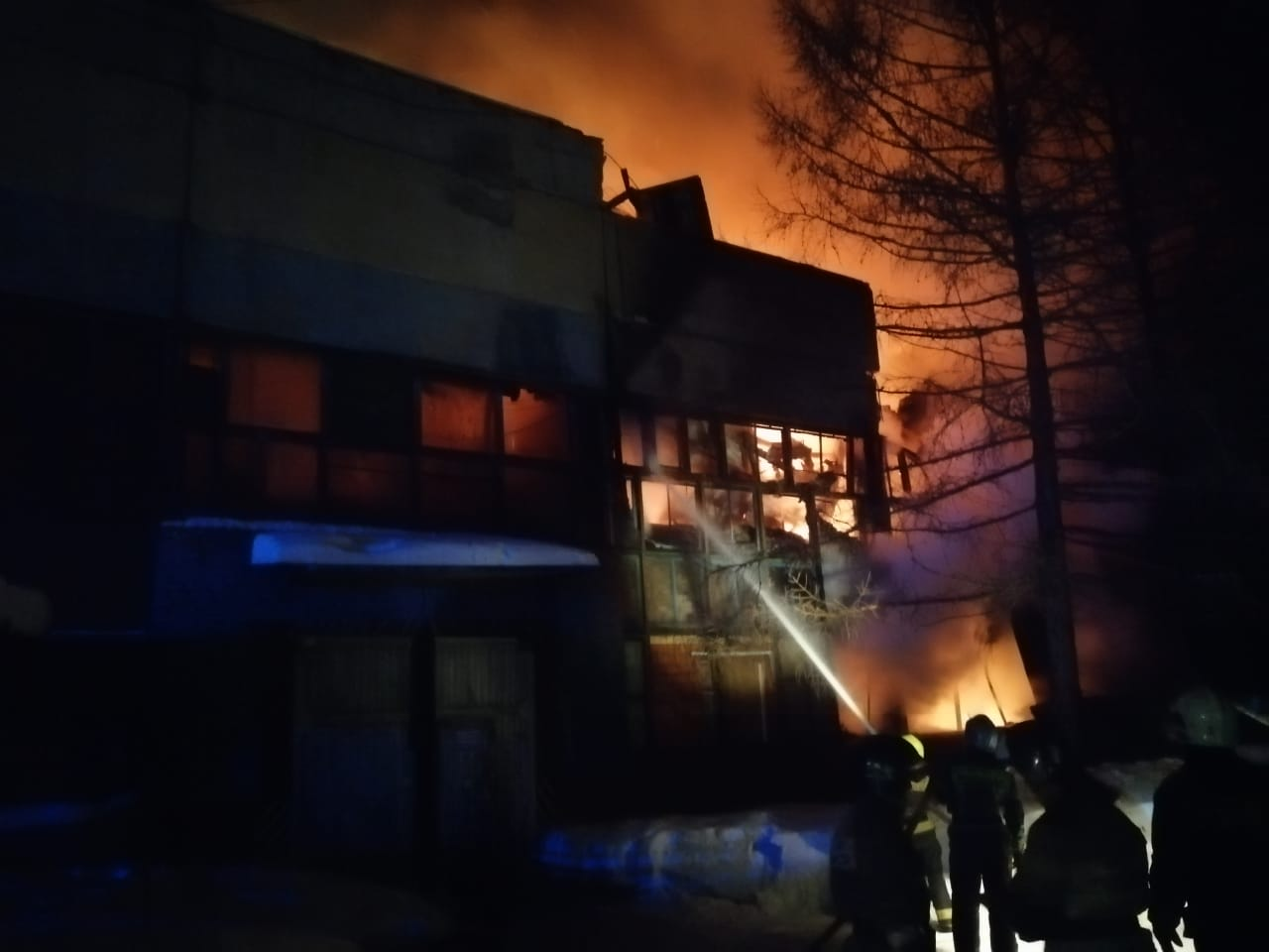В Омске горит производственное здание, напичканное кислородными баллонами #Омск #Общество #Сегодня