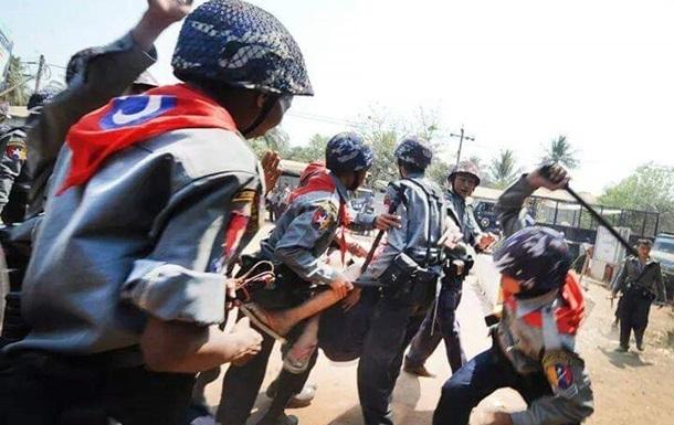 В Мьянме полиция открыла огонь по толпе, есть жертвы