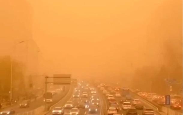 Столицу Китая накрыла песчаная буря