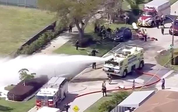 Во Флориде легкомоторный самолет упал на машину