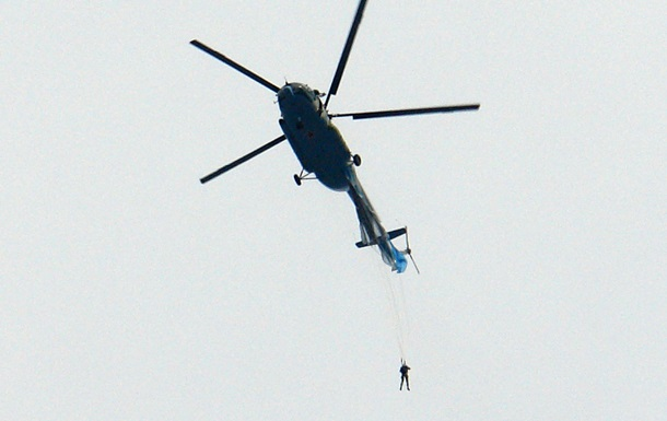 На видео попал зацепившийся за вертолет парашютист