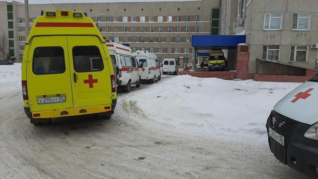 В Омске из-за сломанного томографа у МСЧ-4 столпились машины скорой помощи #Омск #Общество #Сегодня