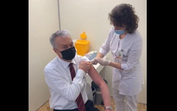 Президент Литвы сделал прививку вакциной AstraZeneca