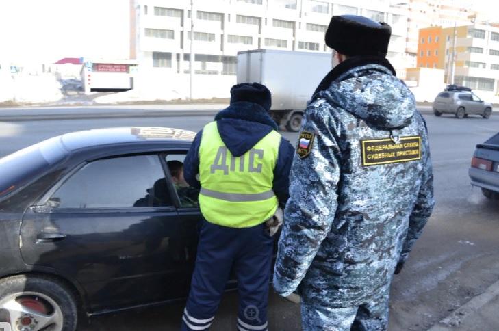 У омича средь бела дня отобрали машину #Новости #Общество #Омск