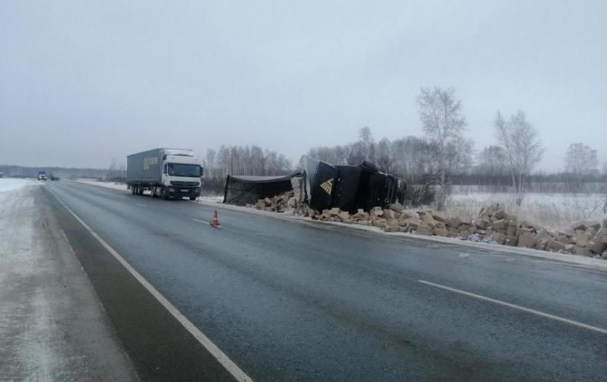 Омский дальнобойщик перевернулся на трассе в Новосибирской области #Омск #Общество #Сегодня