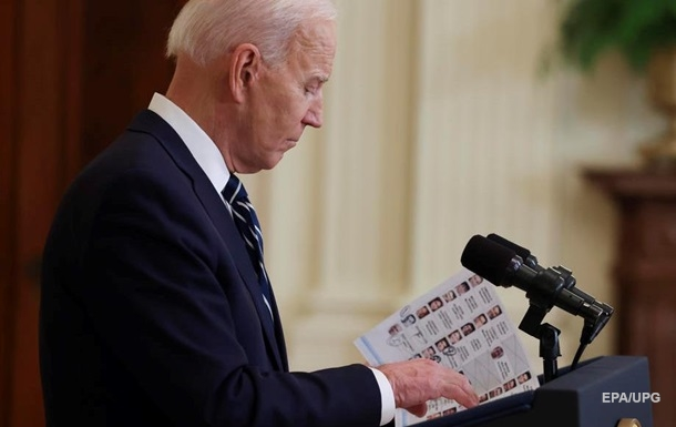 На пресс-конференции Байден читал шпаргалки