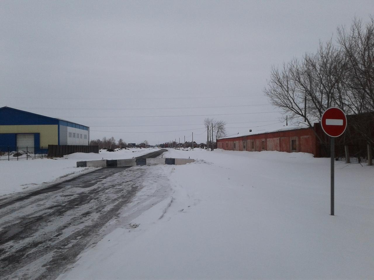 В Омской области построили дорогу за 70 миллионов и перегородили ее блоками #Омск #Общество #Сегодня
