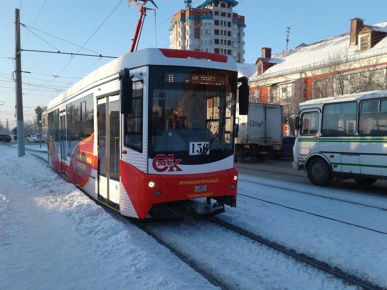 Трамвайные пути в Омске чистят с помощью трактора К-700 #Омск #Общество #Сегодня