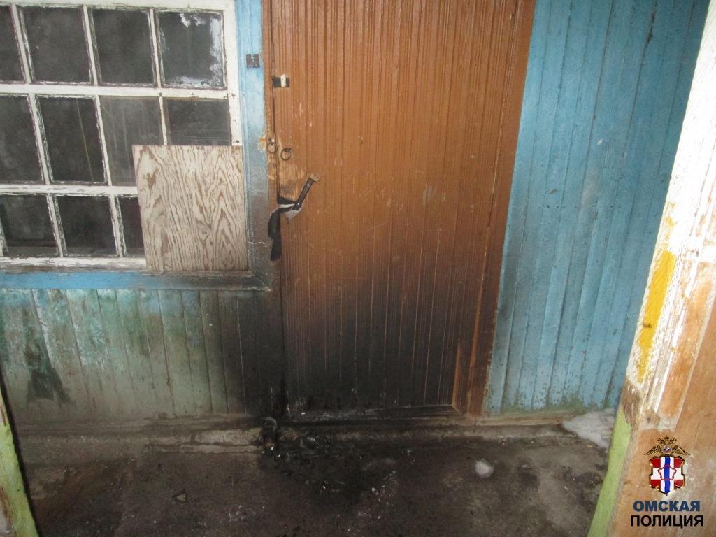 Житель Омской области среди ночи поджег дверь в доме неприятеля #Новости #Общество #Омск