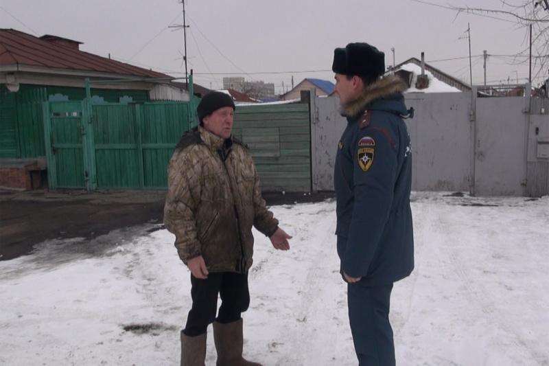 Омич накопил горы мусора возле дома и рискует сжечь соседей #Новости #Общество #Омск