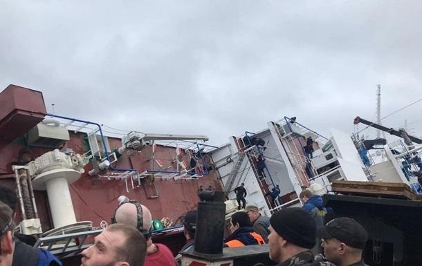 В Санкт-Петербурге на заводе перевернулся корабль
