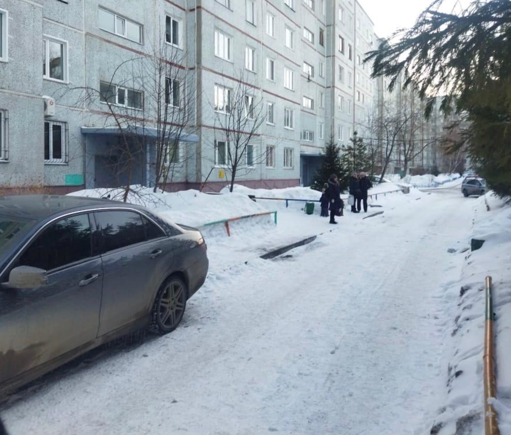В Омске водитель, сдавая назад, сбил двух женщин и маленькую девочку #Омск #Общество #Сегодня