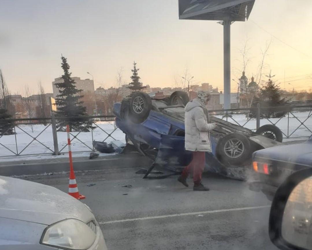 В Омске пьяный водитель среди ночи умудрился перевернуться на съезде с метромоста #Омск #Общество #Сегодня