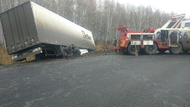 В Омской области дальнобойщик на фуре вылетел в кювет и погиб #Новости #Общество #Омск