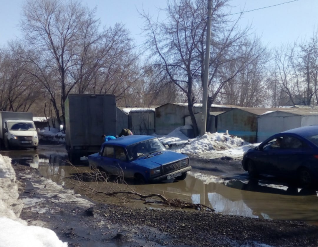 В Омске в глубоких лужах начали тонуть машины #Омск #Общество #Сегодня