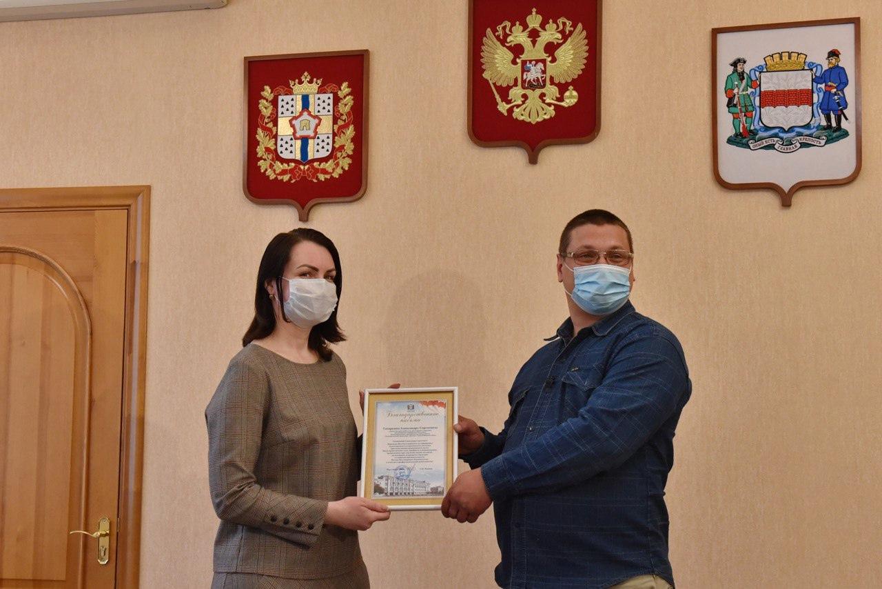 Фадина наградила водителя троллейбуса, спасшего девушку #Омск #Общество #Сегодня