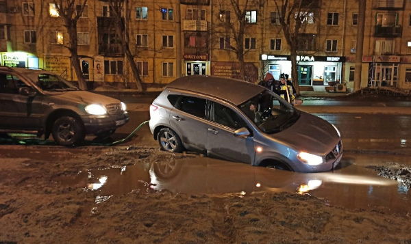 Грузовик и легковушка провалились в гигантскую яму в Омске #Омск #Общество #Сегодня