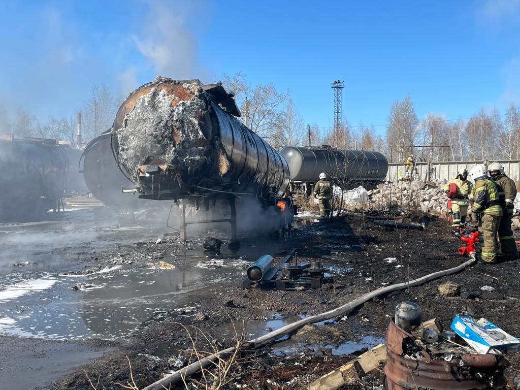 В промзоне Омска горели две цистерны и КамАЗ: очевидцы слышали хлопки #Новости #Общество #Омск