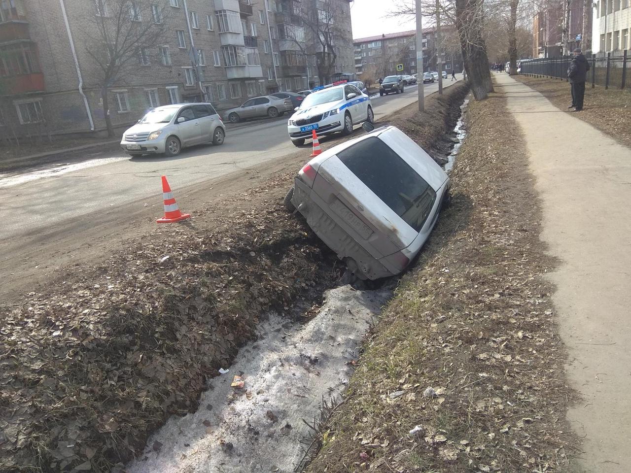 В Омске 69-летняя пьяная автоледи «прилегла» набок вместе с машиной #Омск #Общество #Сегодня