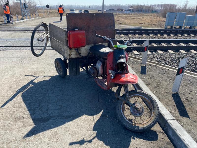 В Омской области мотороллер «Муравей» протаранил пассажирский поезд #Омск #Общество #Сегодня