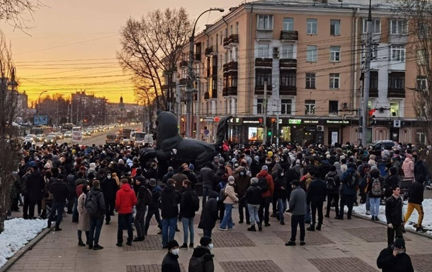 В РФ на акциях поддержки Навального задержали более 100 человек