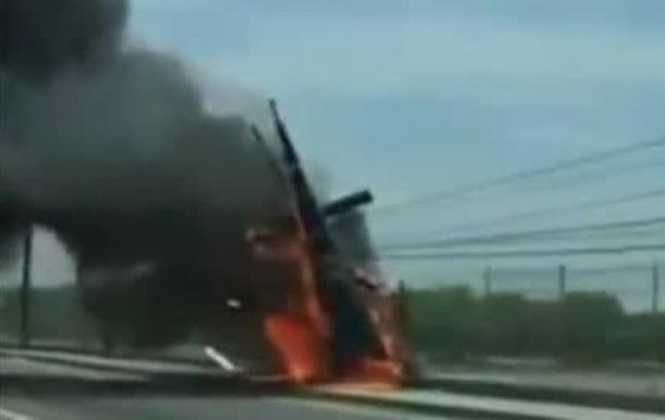 В Мексике вертолет упал на дорогу, три жертвы