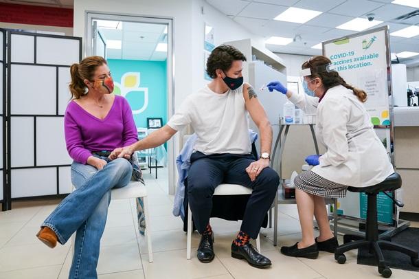 Трюдо с супругой получили прививки от коронавируса