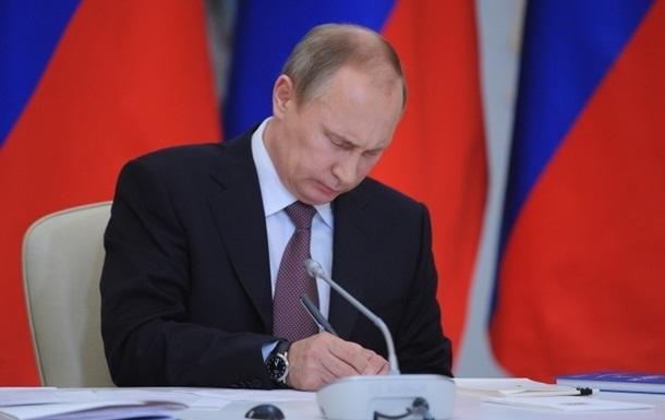"""Путин усложнил """"недружественным"""" посольствам набор на работу россиян"""