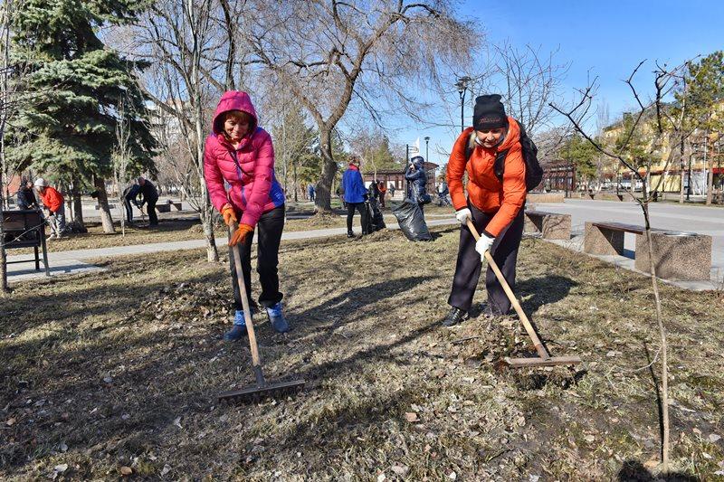 Тысячи омичей вышли убирать город после зимы #Омск #Общество #Сегодня