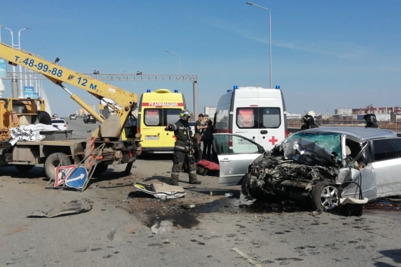 Молодой омич протаранил автовышку на метромосту: водитель погиб #Новости #Общество #Омск