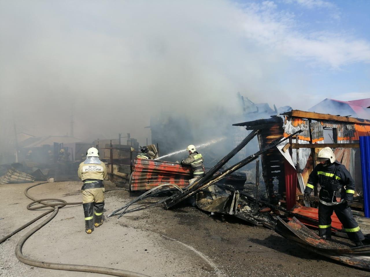 Омские пожарные тушат сразу 3 частных дома #Новости #Общество #Омск