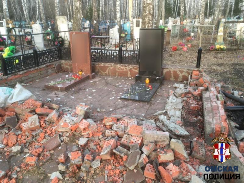 Житель Омской области устроил погром на кладбище ради 700 рублей #Новости #Общество #Омск