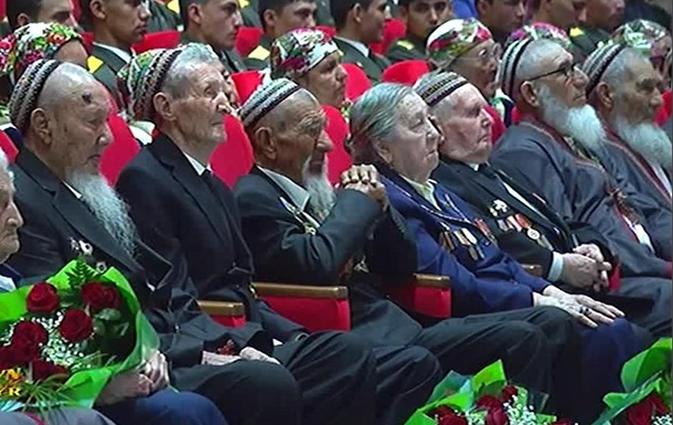 Туркменских ветеранов обязали оплатить президентские подарки самим себе