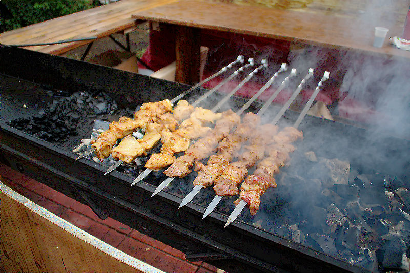 Омичу во время ночной жарки шашлыков шампуром проткнули живот #Омск #Общество #Сегодня