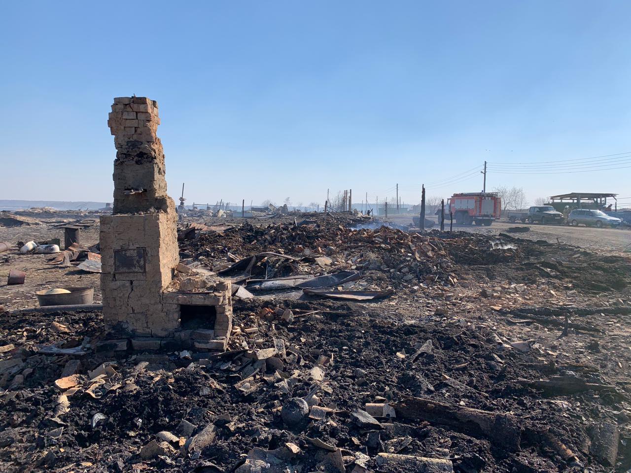 Бурков на вертолете прилетел в сгоревшую дотла омскую деревню #Омск #Общество #Сегодня