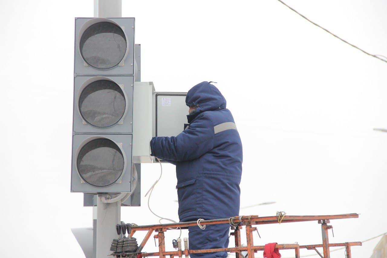 На оживленном перекрестке Левобережья Омска скорректировали работу светофора #Новости #Общество #Омск