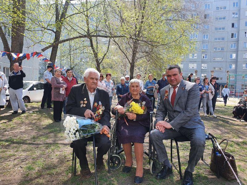 Омских ветеранов поздравляли всем двором #Новости #Общество #Омск
