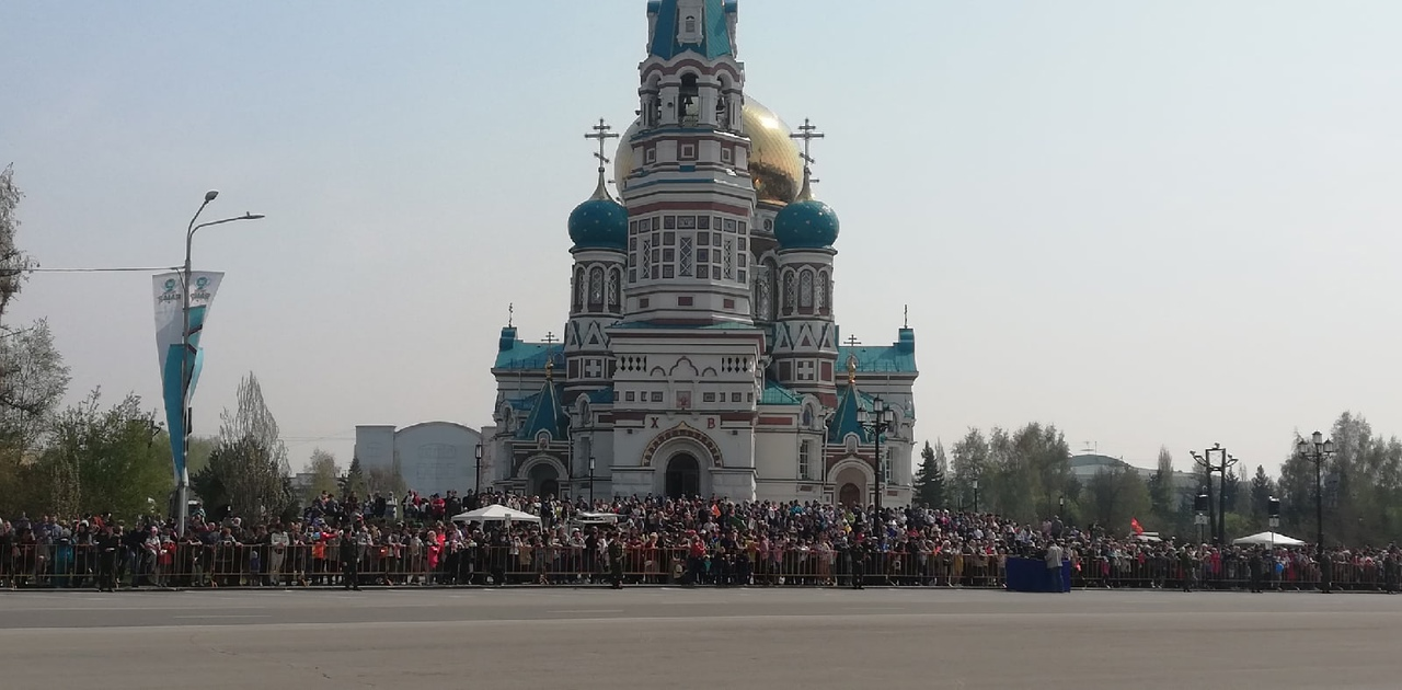 Посмотреть на парад собрались тысячи омичей: никто не держит социальную дистанцию #Новости #Общество #Омск