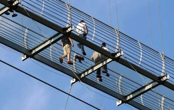 В Китае турист около часа провел на разрушенном стеклянном мосту