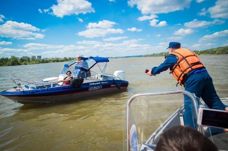 На катерах, которые возят людей по омским рекам, нет спасательных жилетов #Омск #Общество #Сегодня